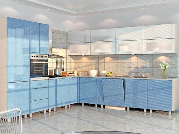 Бело-голубой гарнитур на кухне