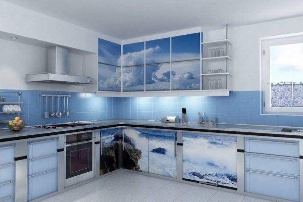 Эффектный голубой гарнитур на кухне
