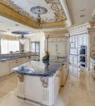 Большой гарнитур на просторной кухне барокко