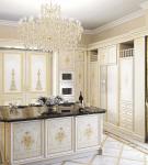 Изящные портьеры и белая мебель на кухне барокко