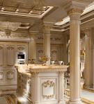 Золотистый декор в просторной кухне барокко