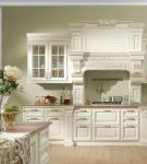 Небольшая кухня с белой мебелью барокко