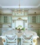 Стильная кухня с красивой мебелью и белым потолком