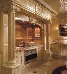 Кухня с колоннами