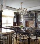 Тёмная мебель на кухне с элементами барокко