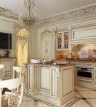 Кухня барокко со стеклянной дверью
