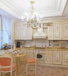 Светлая кухня с гипсокартонным потолком