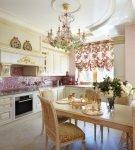 Хрустальная люстра на кухне в стиле барокко
