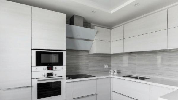 Фасад из пластика в белой кухне