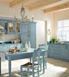 Большой гарнитур голубого цвета на просторной кухне