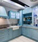 Светлый голубой гарнитур на кухне