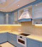 Стильный голубой гарнитур на современной кухне