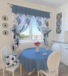 Голубые шторы с принтом на кухне