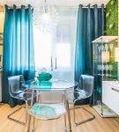 Тёмно-голубые шторы на кухне