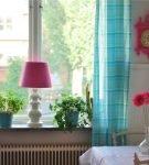Светлые шторы и ярко-розовый декор на кухне