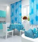 Голубые шторы с узором на кухне
