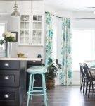 Строгий интерьер кухни с голубыми шторами