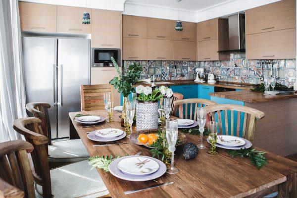 Двухцветный гарнитур на кухне в средиземноморском стиле