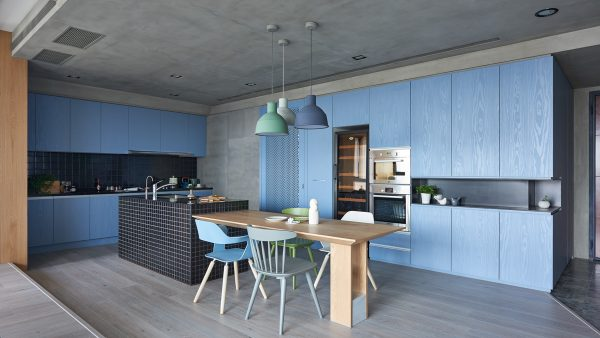 Голубой гарнитур на кухне в стиле минимализм