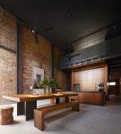 Матовый чёрный потолок на деревянной кухне