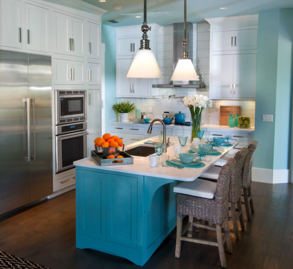 Белая столешница на голубом столе кухни