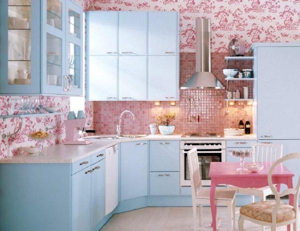 Интерьер кухни в розово-голубых тонах