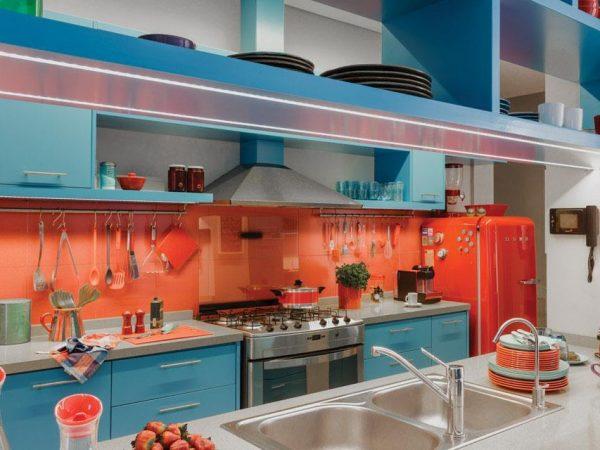 Коралловый и голубой цвета на кухне