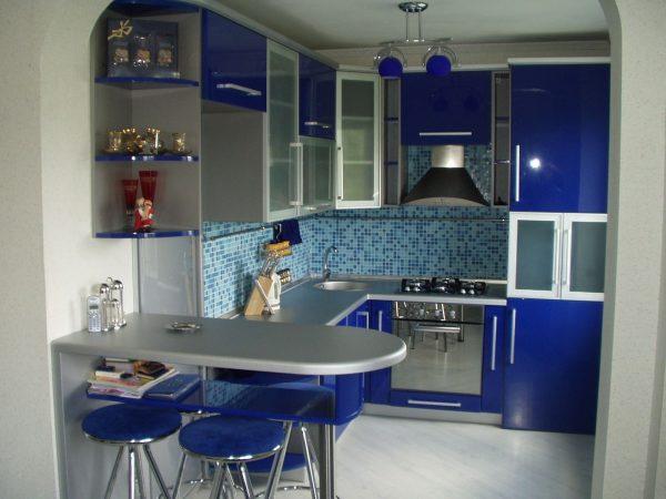Синий гарнитур и голубой фартук на кухне