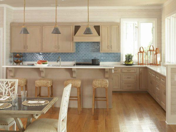 Бежевый гарнитур и голубой фартук на кухне
