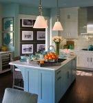 Островной стол на большой кухне