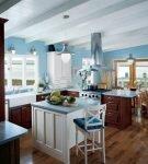 Светлые балки на высоком потолке кухни