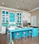 Яркая мебель на кухне с простым дизайном