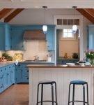Балки на потолке большой кухни