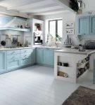 Большая и светлая кухня с голубой мебелью