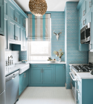 Узкая кухня с голубой мебелью
