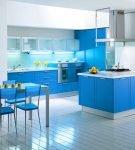 Яркая мебель голубого цвета на кухне