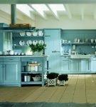 Большая кухня с голубой мебелью