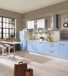 Лаконичная мебель голубого цвета на кухне