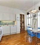 Голубые стулья и белый гарнитур на кухне