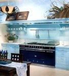 Мебель лазурного цвета в современном интерьере кухни