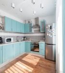 Простая мебель голубого цвета на кухне