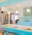 Яркие детали лазурного цвета в обстановке кухни