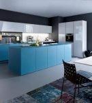 Тёмные стены и голубая мебель на кухне