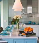 Яркий стол на уютной кухне