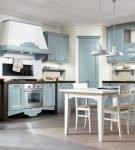 Бледно-голубая мебель на большой кухне