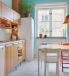 Голубая стена на светлой кухне