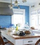 Ярко-голубая стена и белая мебель на кухне
