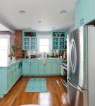 Голубая мебель и коричневое напольное покрытие на кухне