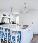 Белые стулья и голубые детали на большой кухне