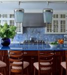 Ярко-голубой цвет в обстановке кухни